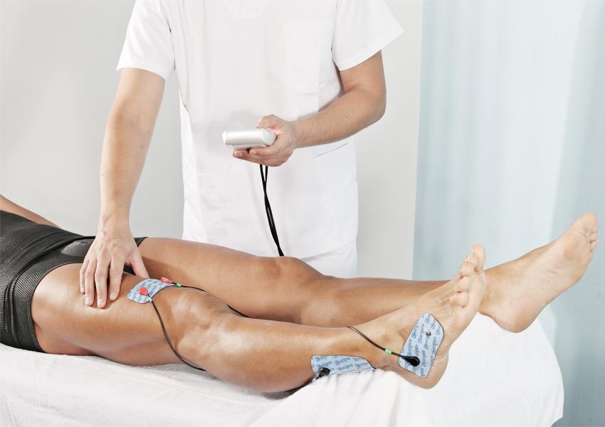 Gambe di uomo sottoposto a elettrostimolazione
