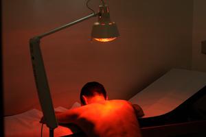 Uomo sottoposto ad una terapia a infrarossi